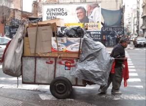 Télam Buenos Aires, 06/06/11 - Un basurero improvisado, aprovechó la cantidad de bolsas que se acumularon esta mañana en la ciudad. Foto: Tito la Penna/Télam/cl